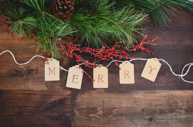 Christmas greenery, berries & paper Merry sign